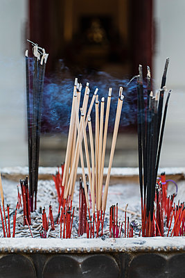 Burning incense sticks with different scents - p728m2099851 by Peter Nitsch