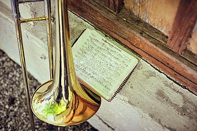 Trompete und Notenblatt - p900m1475070 von Michael Moser