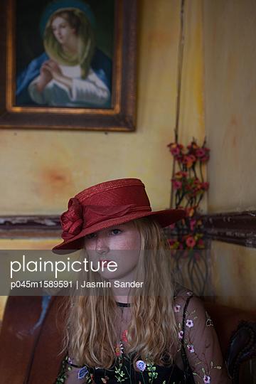 Blondine mit rotem Hut - p045m1589591 von Jasmin Sander