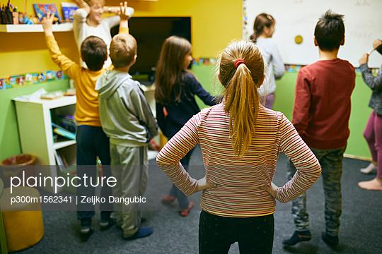 plainpicture - plainpicture p300m1562341 - Teacher with students in re... - plainpicture/Westend61/Zeljko Dangubic