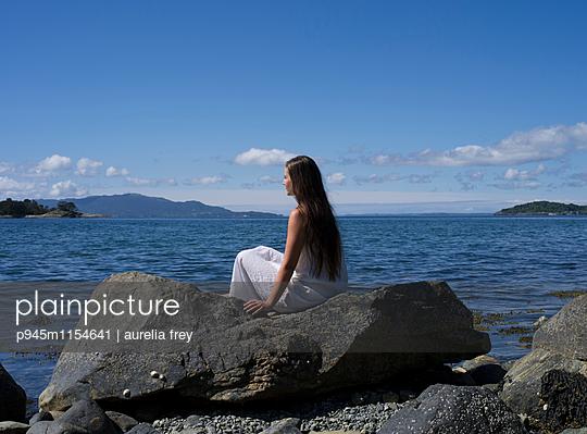 Junge Frau blickt aufs Meer - p945m1154641 von aurelia frey