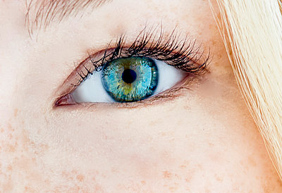 Close up of woman's eye. - p1350m1207079 by Luxy Images