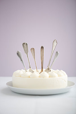 Spoons in a cake - p454m1040990 by Lubitz + Dorner