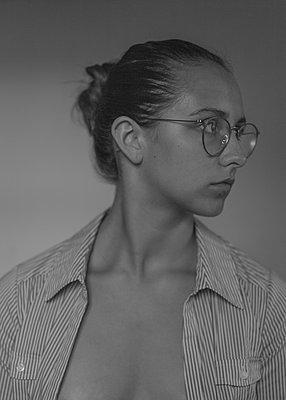 Porträt einer jungen Frau mit Brille - p552m2126283 von Leander Hopf