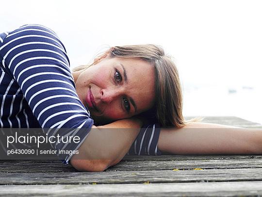 Frau liegt auf einem Steg  - p6430090 von senior images