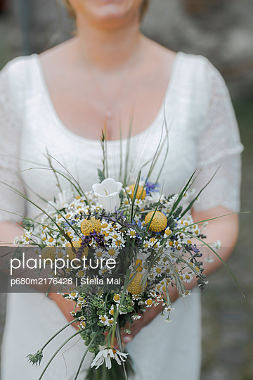 Bride holding bridal bouquet - p680m2176428 by Stella Mai