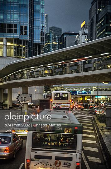 Verkehr in Hongkong - p741m892092 von Christof Mattes