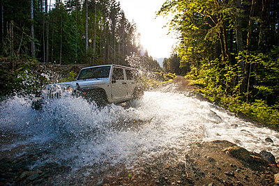 4x4 SUV (Jeep) driving through river in British Columbia. - p1166m2088127 by Cavan Images