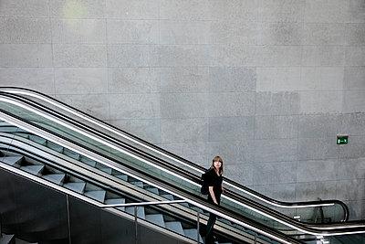 Frau auf der Rolltreppe im Bahnhof PP III - p1212m1137080 von harry + lidy