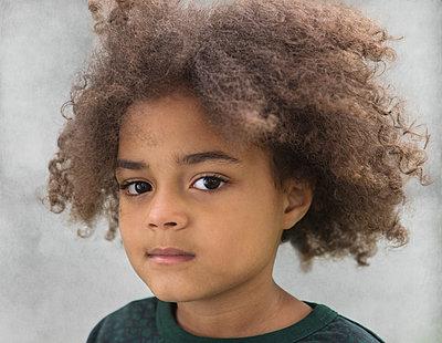 Portrait of a little girl - p1323m1158804 by Sarah Toure
