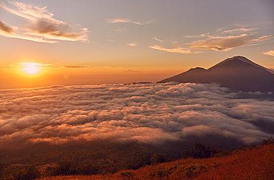 Vulkan im Sonnenaufgang - p704m1476113 von Daniel Roos