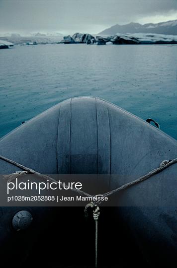 Boat on Jokulsarlon glacial lake, Iceland - p1028m2052808 von Jean Marmeisse