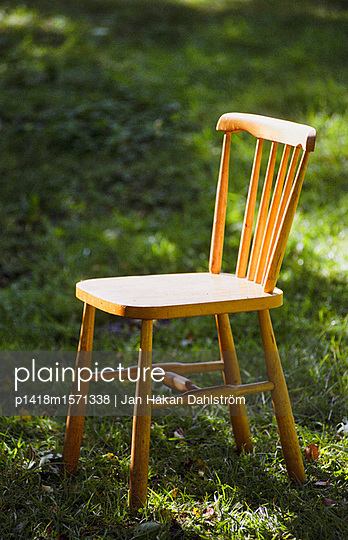 Einzelner Stuhl - p1418m1571338 von Jan Håkan Dahlström