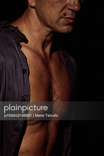 Dramatic portrait of a man on a black background - p1540m2195831 by Marie Tercafs