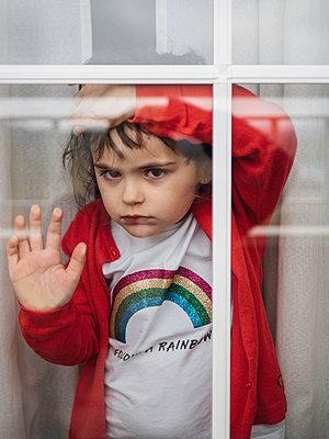 Little girl looking out of window - p1522m2168624 by Almag