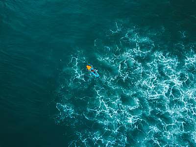 Indonesia, Bali, Aerial view of surfer - p300m2042447 by Konstantin Trubavin