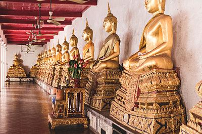 Thailand, Bangkok, Buddah statues in a temple - p300m2081428 von William Perugini