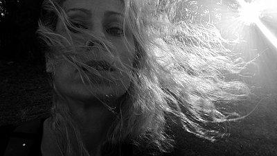 Blonde woman, portrait - p945m2181558 by aurelia frey