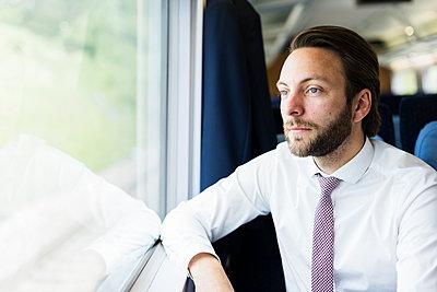 Geschäftsmann im Zug - p1114m1159779 von Carina Wendland