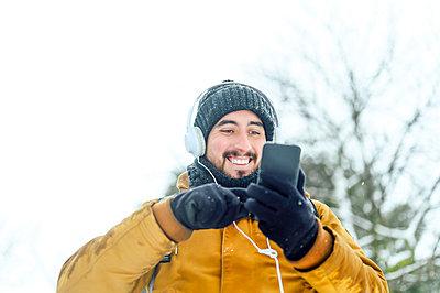 Man on the street a snowy day.Madrid.Spain. - p300m2257114 von Miguel Angel Partido Garcia