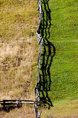 Holzzaun am Berghang - p248m952984 von BY
