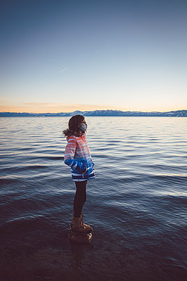 USA, California, Girl with mouth protection at Lake Tahoe - p756m2254046 by Bénédicte Lassalle