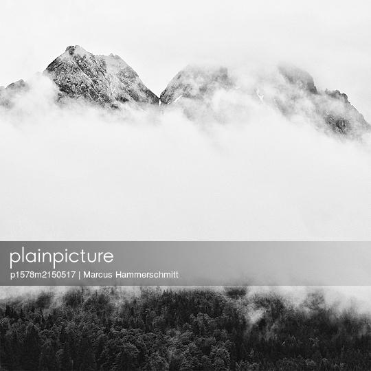 Berge über dem Nebel - p1578m2150517 von Marcus Hammerschmitt