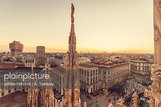 Italy, Lombardy, Milan, Milano Cathedral and Piazza del Duomo at sunset - p300m1581016 by A. Tamboly
