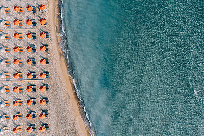 Many parasols on the beach, Zakynthos, drone photography - p713m2289184 by Florian Kresse