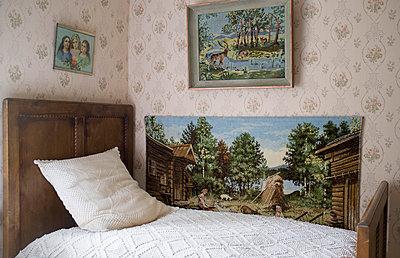 Altmodisches Bett - p971m808418 von Reilika Landen