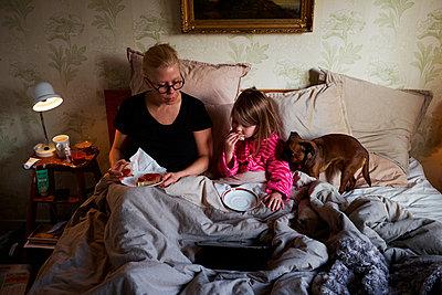 Breakfast in bed - p972m1160333 by Felix Odell
