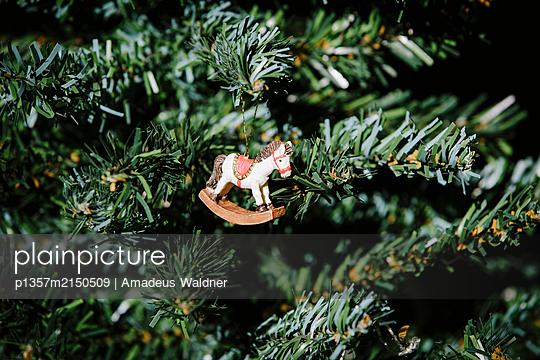 Schaukelpferd auf Plastikweihnachtsbaum - p1357m2150509 von Amadeus Waldner