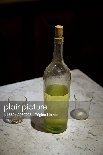 Old bottle with two glasses - p1682m2260708 by Régine Heintz