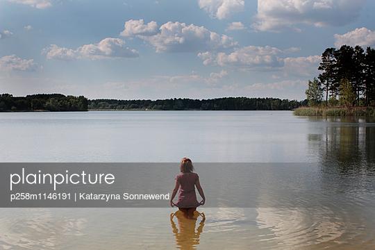 Frau im Bernsteinsee - p258m1146191 von Katarzyna Sonnewend