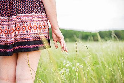 Junge Frau steht im Feld - p1396m1452318 von Hartmann + Beese