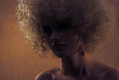 Portrait einer Frau mit Perücke - p1519m2063847 von Soany Guigand