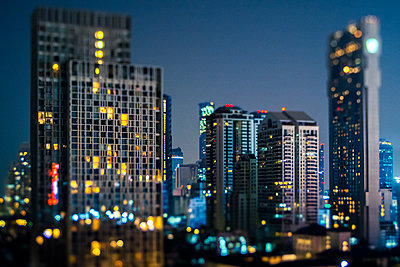 Thailand, Bangkok, Tilt shift of downtown skyscrapers at night - p300m2198305 by Giorgio Fochesato