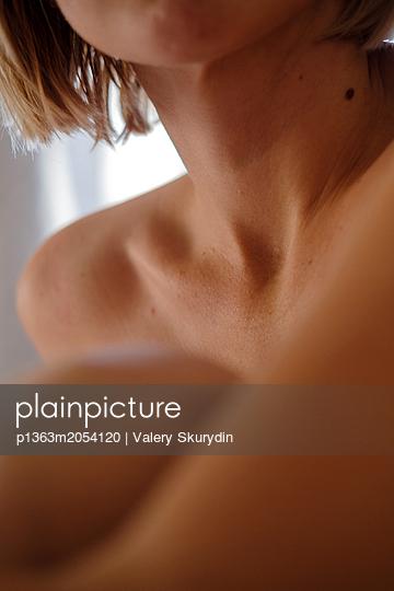 Sitzende nackte Frau - p1363m2054120 von Valery Skurydin