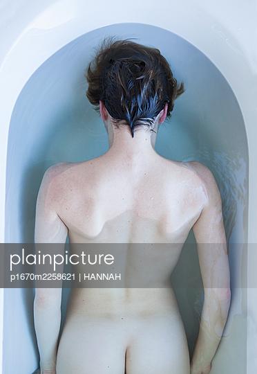 Rear view, Woman in the bathtub - p1670m2258621 by HANNAH