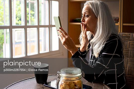sevilla, Spain, senior woman, at home, life with pet - p300m2287554 von Eloisa Ramos
