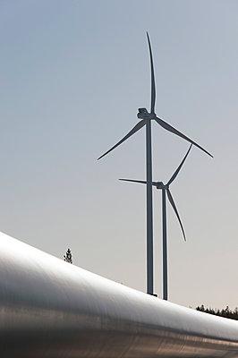 Windkraftanlagen mit Rotorblatt im Vordergrund - p1079m1042408 von Ulrich Mertens