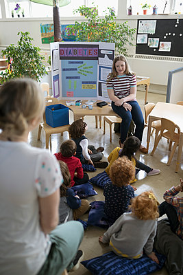 Preschool students watching tween girl give presentation about diabetes in classroom - p1192m1560190 by Hero Images