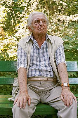 Älterer Mann auf der Bank - p1210m1072979 von Ono Ludwig
