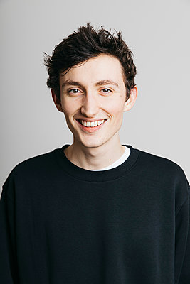 Portrait smiling young brunette man - p301m2213641 by Toby Mitchell