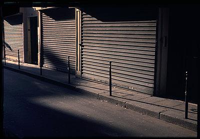 Geschlossene Läden - p567m1212503 von Alexis Bastin