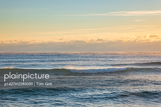 USA, Florida, Boca Raton, Sea waves at sunrise - p1427m2283089 by Tom Grill