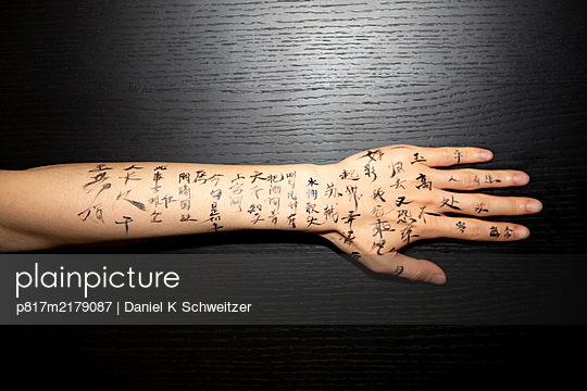 Chinese characters as tattoo on the foreram - p817m2179087 by Daniel K Schweitzer