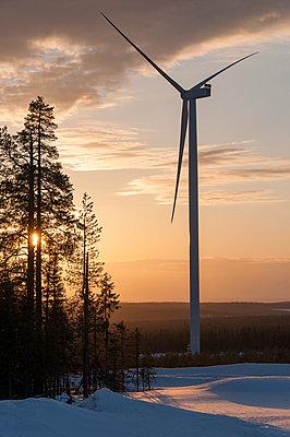 Windkraftanlage bei Sonnenuntergang - p1079m1042382 von Ulrich Mertens