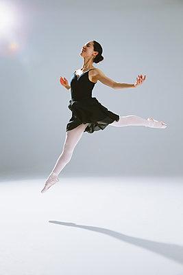 Japanese female dancer - p307m1029540f by Yusuke Nakanishi