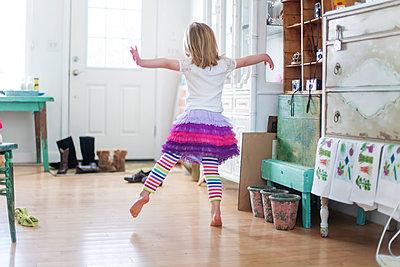 Girl dancing in living room - p555m1409451 by Shestock
